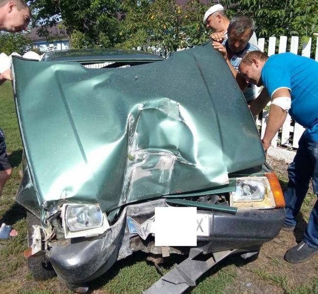 На Рівненщині водій заснув за кермом, зніс електроопору та залишив людей без «електрики»