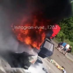 На Рівненщині — жахлива ДТП: горить автівка