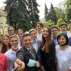 Президент України зустрівся із випускницею із Рівненщини, яка на ЗНО набрала 798 балів із 800