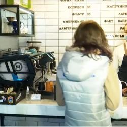 Принеси сміття — отримай каву: кафе у Дніпрі роздає безкоштовні напої за пластикові пляшки (відео)